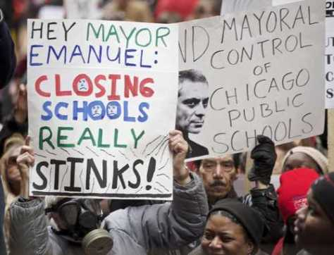 Maestros, padres de familia y estudiantes de Chicago protestaron en marzo pasado por la política educativa que incluye el cierre de escuelas públicas. Foto Reuters